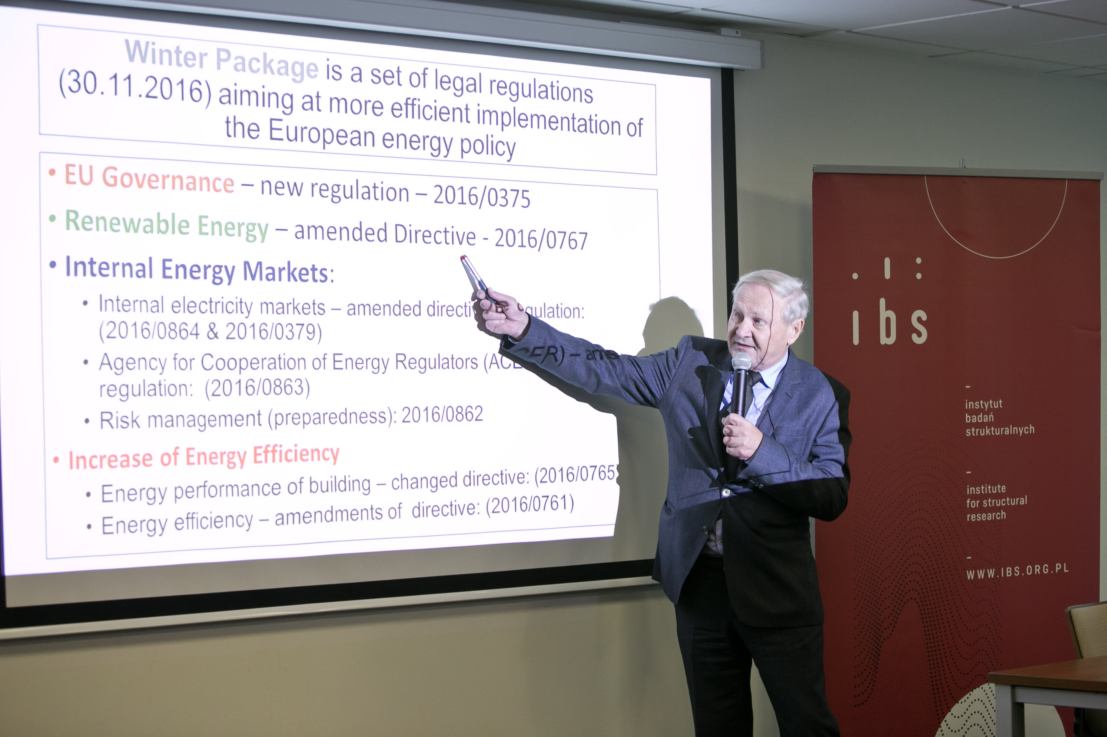 Prof. Władysław Mielczarski (Łódź University of Technology – PŁ) presenting the available transition pathways and the associated risks
