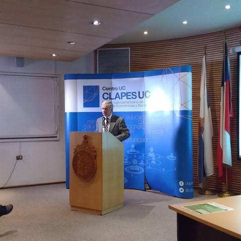 "Felipe Larrain (CLAPES UC, PUCC) closing the workshop ""Climate Change and Sustainable Development in Chile"""